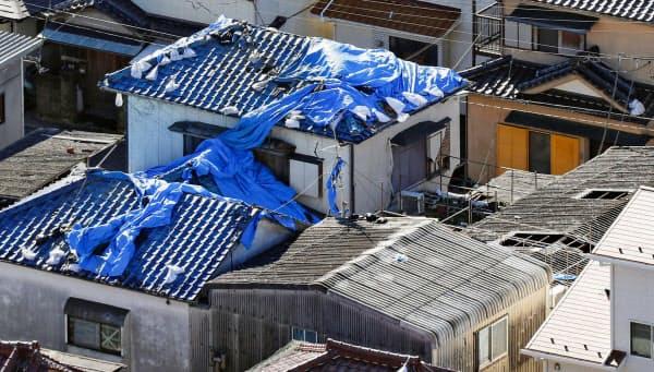 千葉県内ではブルーシートが不足する懸念が出ている(13日、千葉県鋸南町)=共同