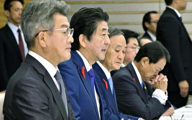 非常災害対策本部会議であいさつする安倍首相(左から2人目)(15日、首相官邸)=共同