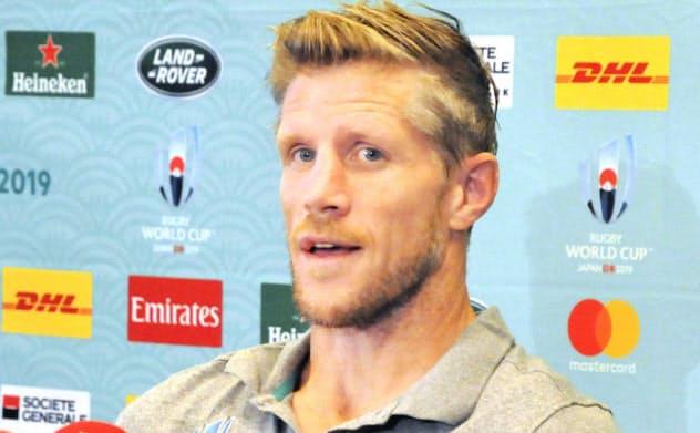 準々決勝のニュージーランド戦に向け、記者会見するアイルランドのイースタービー・コーチ(15日、千葉県浦安市)=共同
