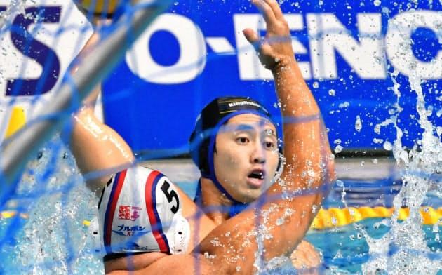 男子決勝でパスを出すKingfisher74の足立(15日、東京辰巳国際水泳場)=共同