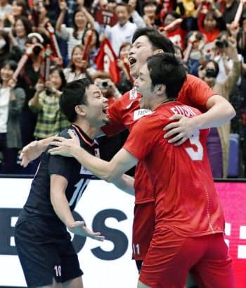 カナダに勝利し喜ぶ(左から)古賀、西田、藤井(15日、広島県立総合体育館)=共同