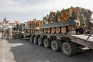 15日、国境地帯でシリア北部への進軍に備えるトルコ軍=AP