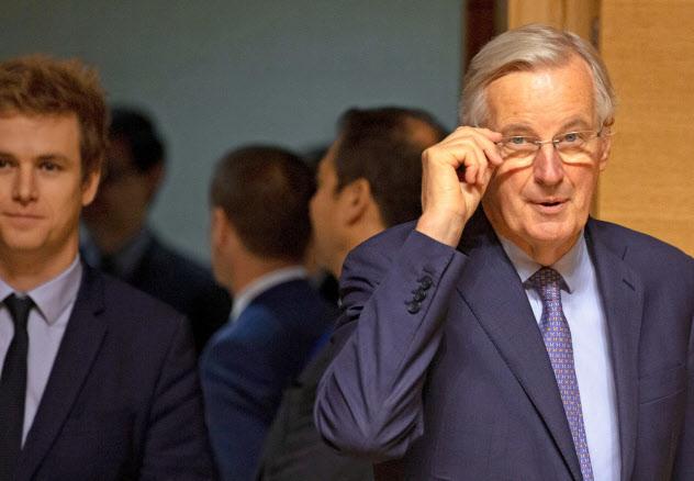 EU各国閣僚との協議に入るEUのバルニエ首席交渉官(15日、ルクセンブルク)=AP