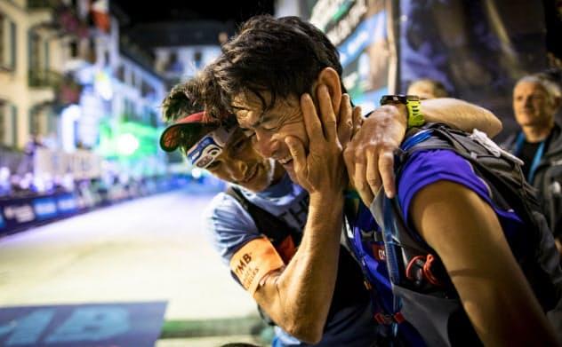 10年前優勝を争ったフランスの選手とゴールを共に=藤巻 翔撮影