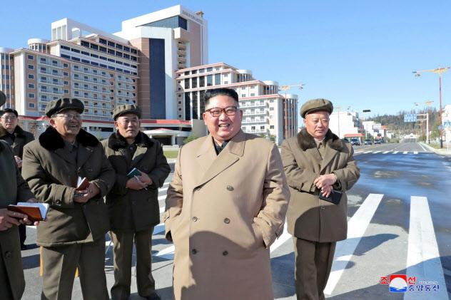 三池淵の建設現場を視察する金正恩氏=朝鮮中央通信・ロイター