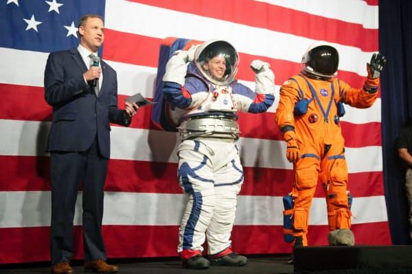 米航空宇宙局(NASA)が公開した宇宙服の試作品。月面探査用(中央)と宇宙船内用(右)(15日、米ワシントン)=AP