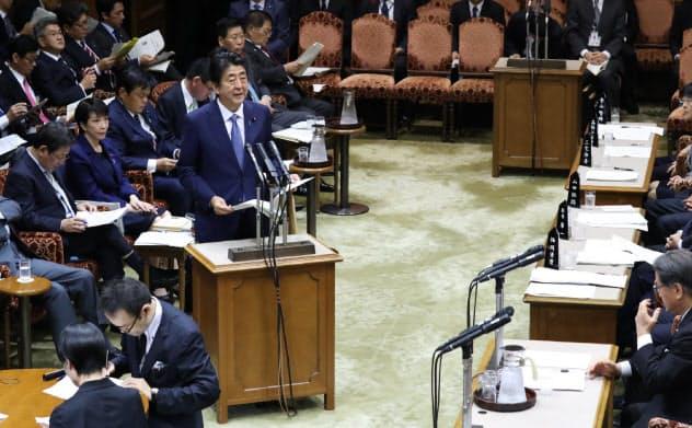 参院予算委の冒頭、台風19号の被害に対する政府の対応を報告する安倍首相(16日午前)
