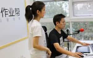 「作業幇」では、インターネットを通じて、教師(右)が勉強を教える