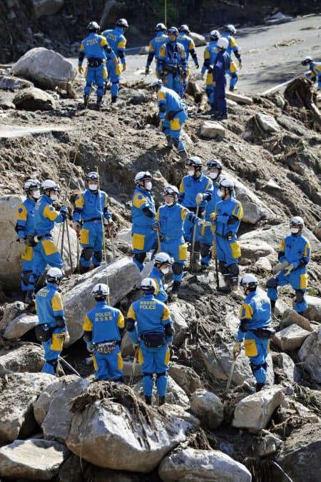 行方不明者の捜索が続く宮城県丸森町の土砂崩れ現場(16日午前)=共同