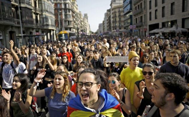 カタルーニャ州での独立運動を巡り下った最高裁判決に抗議する市民=AP