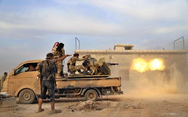 クルド人勢力を攻撃する、トルコ支援のシリア人勢力。米国のシリア撤退は米国の対応ミスの最新事例となった=AP