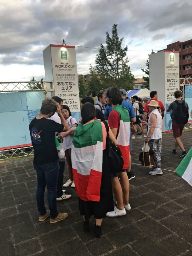 JR愛野駅前の「おもてなしエリア」は観戦直前の外国人が多く集まった。