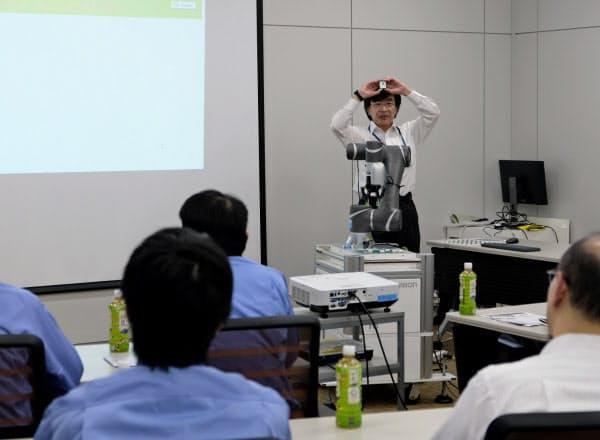 人と一緒に働くロボットの体験会を開いた(16日午後、滋賀県草津市)