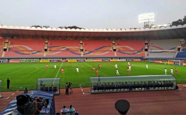 平壌では南北朝鮮のサッカーW杯予選の試合が無観客で行われた=AP