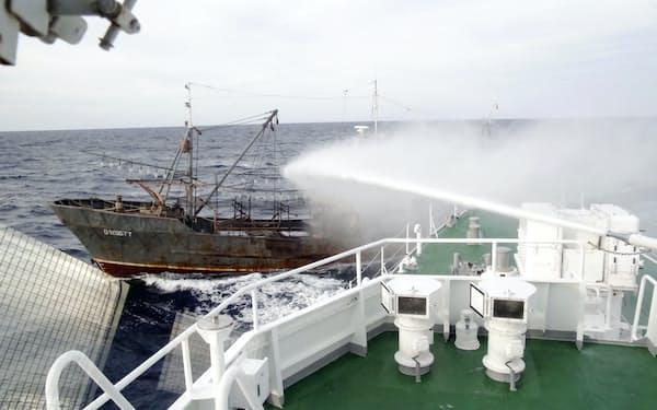 大和堆周辺で海上保安庁の巡視船から放水を受ける北朝鮮漁船(2018年9月下旬、同庁提供)=共同