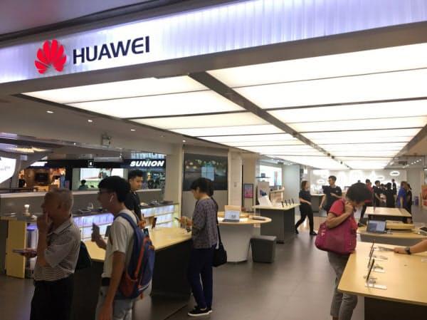ファーウェイは中国のスマホ市場でシェアを伸ばしている(広東省広州市の販売店)