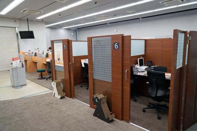 カウンターの一部を相談ブースに切り替えた(福岡市の西日本シティ銀行平尾支店)