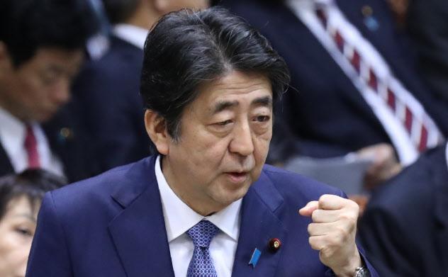 参院予算委で答弁する安倍首相(16日)