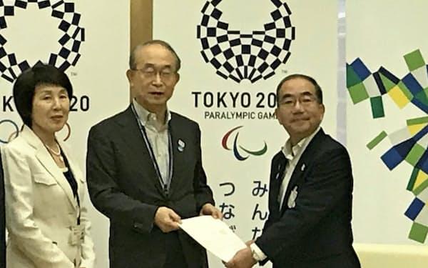 東京都人事委員会の勧告を受け取る多羅尾光睦副知事(写真右)