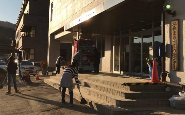 宮城県丸森町の避難所には台風被害から4日後も70人以上が避難している(16日)