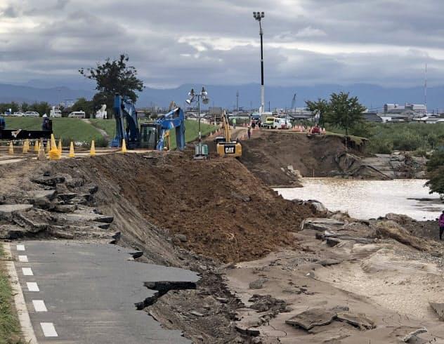 決壊した千曲川の堤防では復旧工事が始まった(15日、長野市)