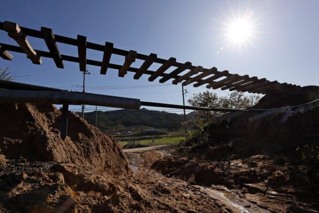 台風19号の大雨で路盤が流され、レールと枕木が宙づりになった三陸鉄道の線路(16日、岩手県山田町)