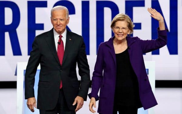 15日、討論会に出席したウォーレン上院議員(右)とバイデン前米副大統領=ロイター