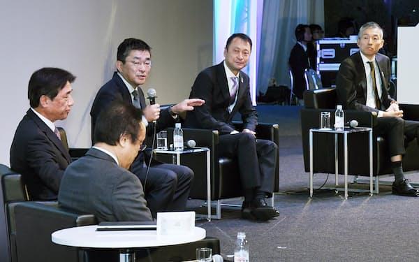「CEATEC(シーテック)2019」で討論する(右から)山田、宮川、高橋、吉沢の各氏。手前はモデレーターの関口氏(16日午前、千葉市美浜区の幕張メッセ)