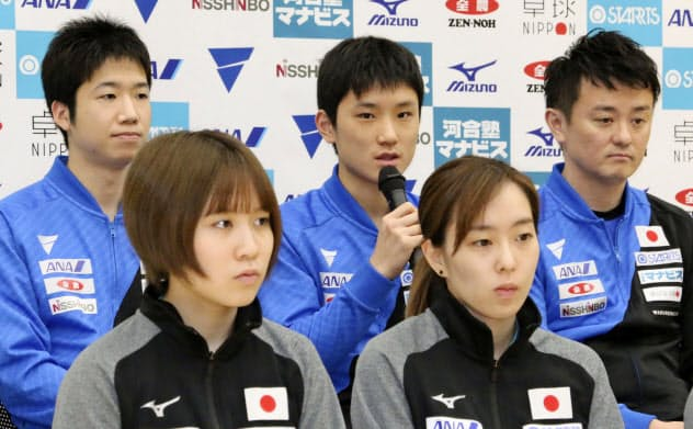 卓球のW杯団体戦に向けた記者会見で意気込みを語る張本智和=後列中央(16日、東京都内)=共同