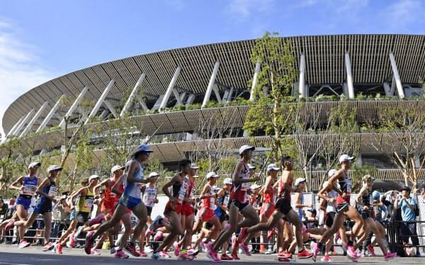 2020年東京五輪とほぼ同じコースで行われた「マラソングランドチャンピオンシップ」で、新国立競技場前を力走する男子選手たち(9月、東京都新宿区)=共同