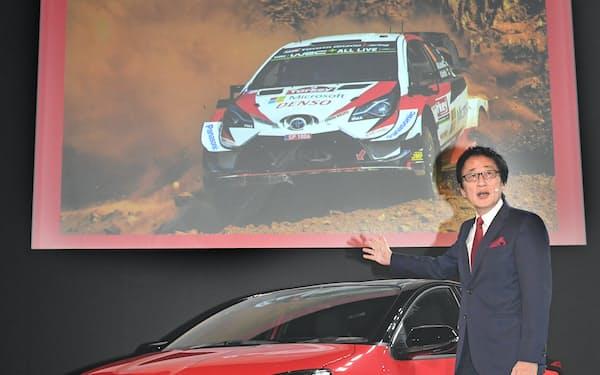 新型「ヤリス」を報道機関向けに発表するトヨタ自動車の吉田副社長(15日、東京都江東区)