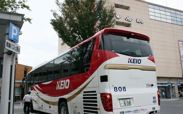 京王バスは新宿駅から東名高速を経由で甲府駅への臨時バスを運行した(16日、甲府駅前)