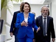 16日、民主党幹部との会合を終えたペロシ下院議長(左)(ワシントン)=AP