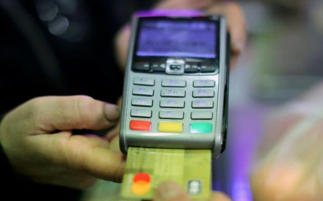 堅調な国内消費がクレジットカード事業を支え、米大手銀の収益の柱になっている=ロイター