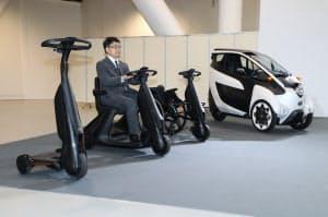報道陣に公開されたトヨタの超小型電気自動車(10日、東京都江東区)