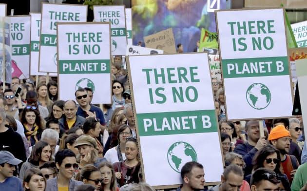 9月、フランクフルトで温暖化ガス排出量の増加に抗議する人々=AP