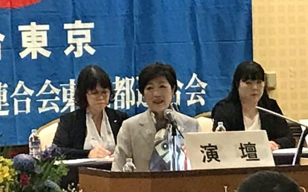 連合東京の大会であいさつする小池知事(東京都荒川区)