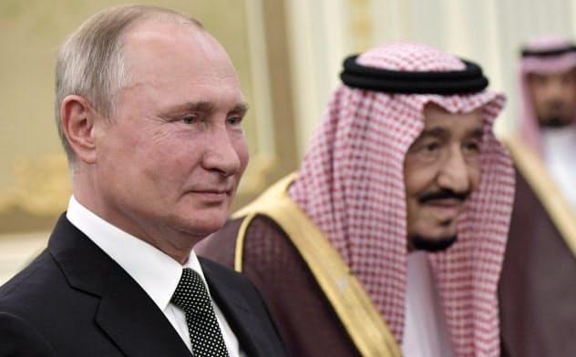 サウジアラビアを訪れてサルマン同国国王(右)と歓迎式典に臨むロシアのプーチン大統領(14日、リヤド)=ロイター
