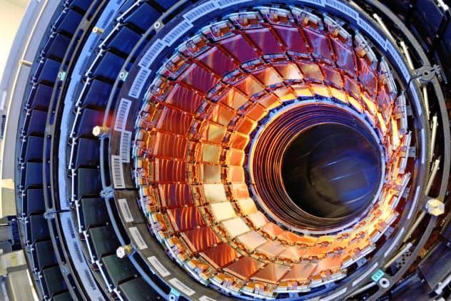 観測装置に組み込まれた浜ホトの半導体センサー(CERN提供)