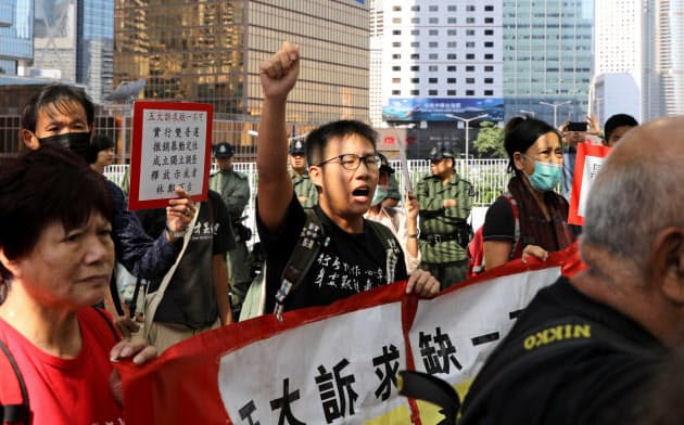 「逃亡犯条例」の改正案が立法会に提出されたのを機に6月に発生したデモが長期化し、香港の未来を悲観する声が高まっている=ロイター