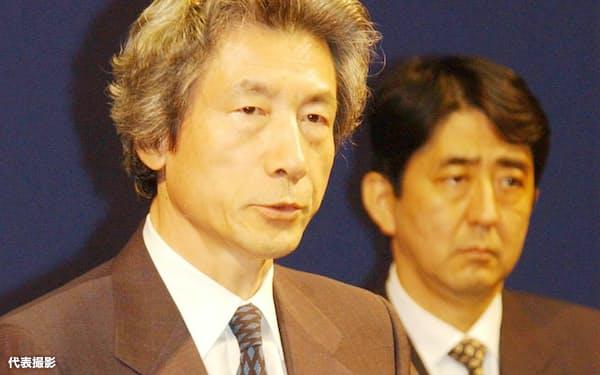 日朝平壌宣言署名後記者会見する小泉首相。右は安倍官房副長官(肩書はいずれも当時。2002年9月17日午後、平壌市内のホテル)=代表撮影