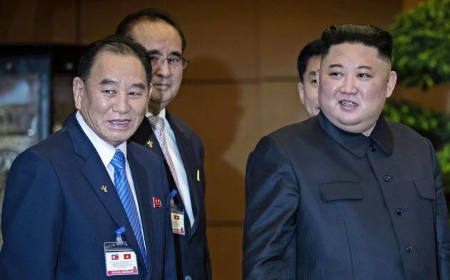 米朝首脳会談の翌日、金正恩委員長と並んで歩く金英哲氏=左(3月1日、ハノイ)=AP