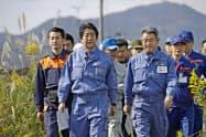 福島県本宮市の被害状況の視察に訪れた安倍首相=17日午前