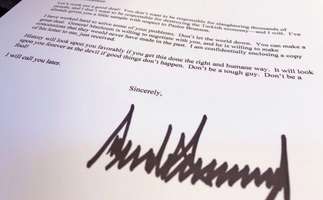 トランプ米大統領がトルコのエルドアン大統領に送った親書=ロイター