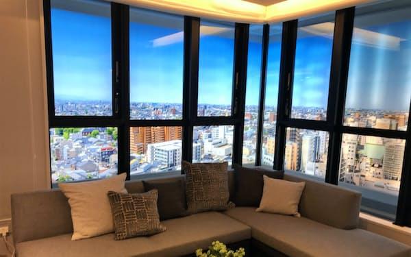 天井高を一般的なマンションより高くし、内廊下設計も採用する
