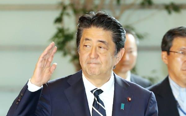 首相官邸に入る安倍首相(23日午前)
