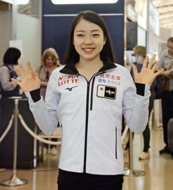 スケートカナダに向け出発する紀平梨花(17日、関西空港)=共同