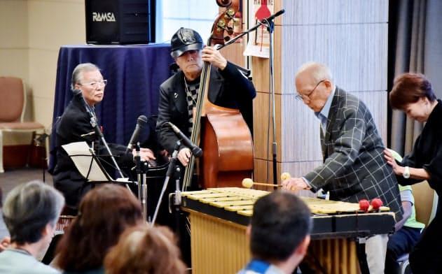 神戸ジャズストリートで演奏する「ゴールデン・シニア・トリオ」(神戸市中央区)