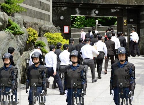 工藤会総裁の野村悟被告の自宅を家宅捜索する福岡県警の捜査員(2015年5月、北九州市小倉北区)