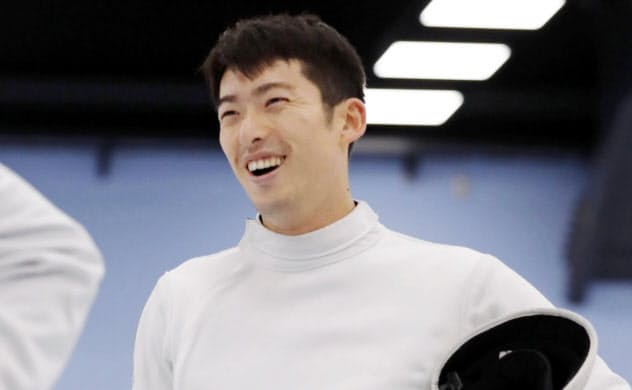 公開練習で笑顔を見せる男子エペの見延和靖(17日、東京都北区の味の素ナショナルトレーニングセンター)=共同